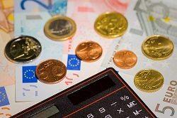 Czym płacić na wakacjach – kartą czy gotówką?