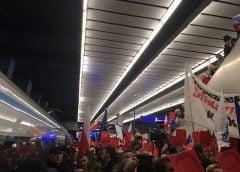 Tusk w Warszawie. Witali go zwolennicy i przeciwnicy